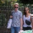 Au lendemain de leur arrivée, Macaulay Culkin et sa compagne Brenda Song profitent d'une belle journée ensoleillée pour se promener dans les rues de Paris avec un ami, le 11 août 2018
