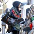 Exclusif - Adele se cache des photographes à la sortie de son hôtel à New York, le 28 mars 2019.