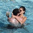Kaia Gerber et son compagnon Pete Davidson vivent la parfait amour. Le coupe a été vu s'embrassant à de multiples reprises au bord d'une piscine à Miami le 23 Novembre 2019.