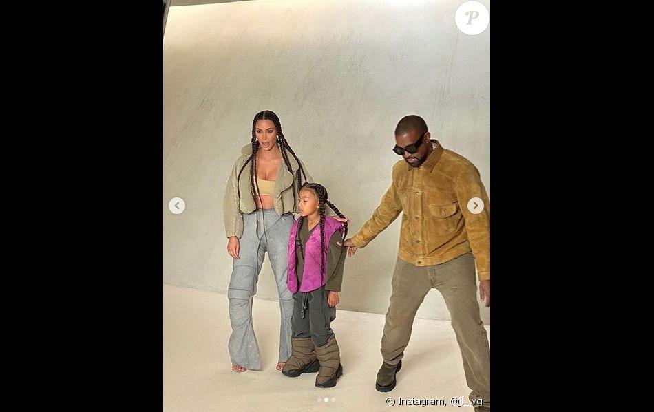Kim Kardashian, Kanye West et leur fille North au défilé Yeezy Season 8 à l'Espace Niemeyer. Paris, le 2 mars 2020.
