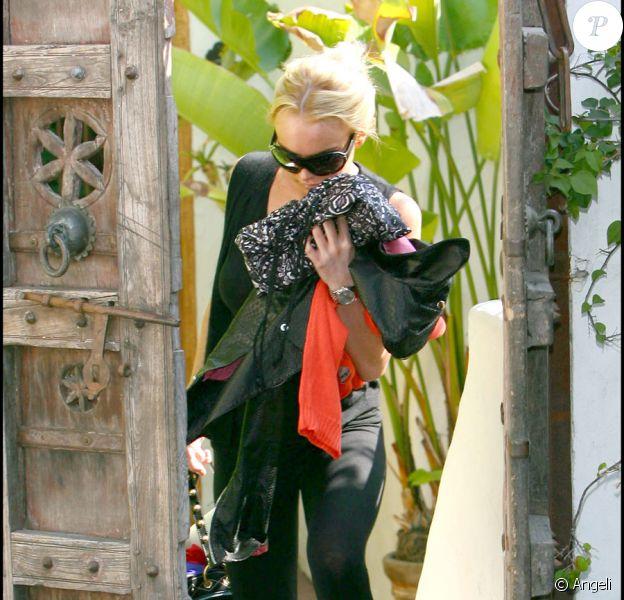 Lindsay Lohan quittant la maison de Samantha Ronson à Los Angeles le 13 août 2009, les bras chargés de vêtements