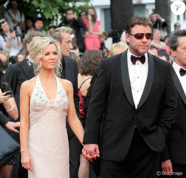 """Russel Crowe et sa femme Danielle Spencer - Montée des marches du film """"Robin des Bois""""au 63e Festival de Cannes en 2010."""