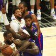 LeBron James (avec le ballon, en maillot blanc) lors du match de NBA Los Angeles Clippers - Los Angeles Lakers au Staples Center. Los Angeles, le 8 mars 2020.
