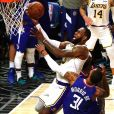 LeBron James (en maillot blanc) lors du match de NBA Los Angeles Clippers - Los Angeles Lakers au Staples Center. Los Angeles, le 8 mars 2020.