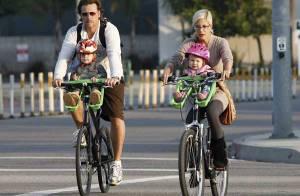 Tori Spelling : le vélo, c'est en famille sinon rien ! Les bambins sont aux premières loges !
