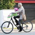 Tori Spelling et son mari Dean McDermott sortent en vélo avec leur deux enfants Stella, 1 an, et de Liam 2 ans