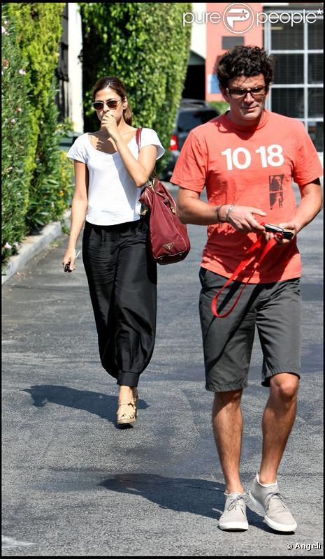 Eva Mendes et son boyfriend George dans les rues de L.A le 16/08/09.. De l'eau dans le gaz ?