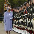 """Info du 21 mars 2020 - Un employé de Buckingham Palace testé positif au Coronavirus alors que la reine était toujours à Londres La reine Elisabeth II d'Angleterre visite """"Howe Barracks"""" a Canterbury, Kent, le 28 juin 2013"""