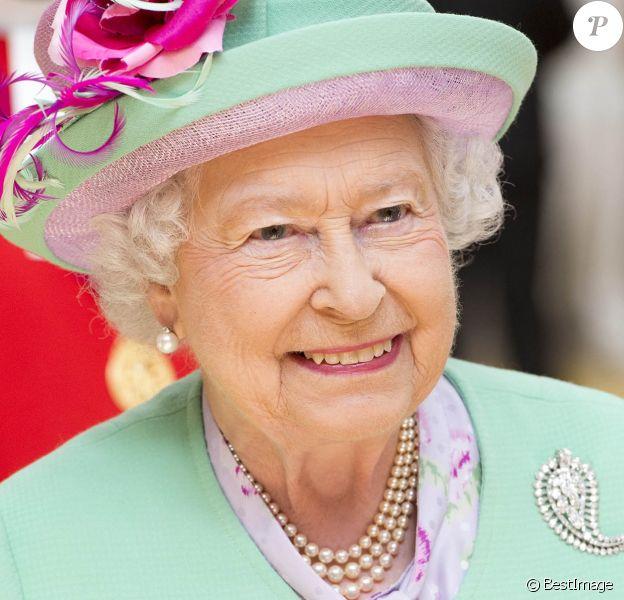 Info du 21 mars 2020 - Un employé de Buckingham Palace testé positif au Coronavirus alors que la reine était toujours à Londres - Info - Le 9 septembre, la reine Elizabeth II doit battre le record de longévité sur le trône britannique détenu par son arrière arrière-grand-mère la reine Victoria - La reine Elisabeth II d'Angleterre inaugure le nouveau centre sportif de l'école Westminster à Londres, le 12 juin 2014. La reine a assisté à des démonstrations de sports comme le yoga, le cricket et le ping-pong avant de dévoiler une plaque commémorative.
