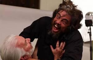 Le monstre Benicio Del Toro... a les crocs pour la belle Emily Blunt ! Regardez !