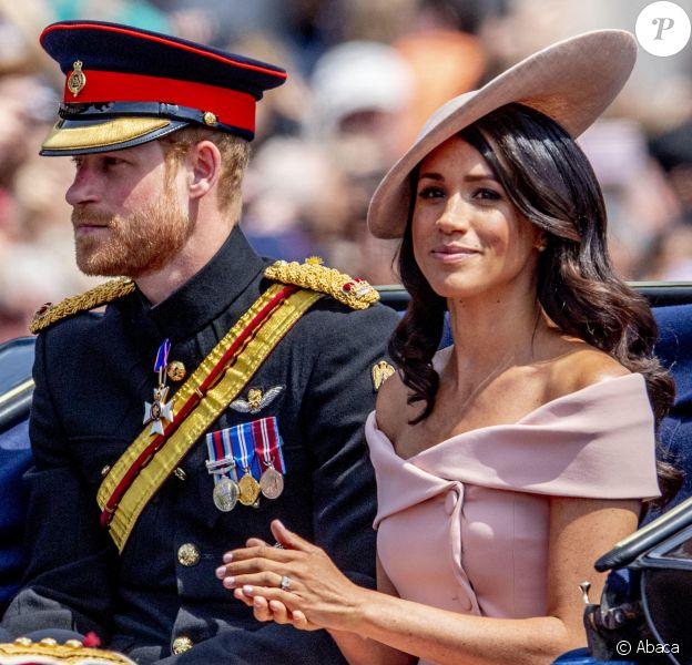 Meghan Markle lors de la parade annuelle Trooping The Colour à Londres, le 9 juin 2018. Sa tenue signée Carolina Herrera, avec un chapeau assorti de chez Philip Treacy, est estimée à 6100 euros.