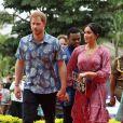 """Meghan Markle (en robe Figue) sur le campus de l'Université du Pacifique Sud (""""University of the South Pacific"""") à Suva lors de son voyage officiel aux îles Fidji, le 24 octobre 2018.  Sa garde-robe pour cette tournée dans le Pacifique est estimée à 134 000 euros."""