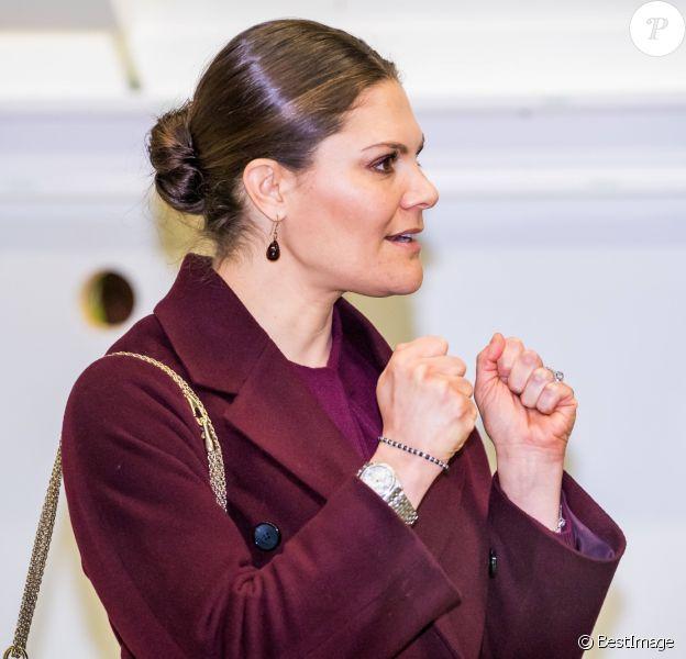 La princesse Victoria de Suède et le prince Daniel visitent l'hôpital militaire de campagne installé au parc des expositions de Stockholm pour faire face à la crise du Coronavirus (COVID-19) le 26 mars 2020.