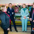 La princesse Victoria et le prince Daniel de Suède dans une boutique de Juoksengi dans le cadre de leur visite officielle à Övertorneå en Suède, le 10 mars 2020.