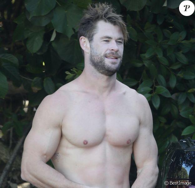 Exclusif - Chris Hemsworth fait du surf avec les dauphins à Byron Bay, en Australie. Le 22 mars 2020.