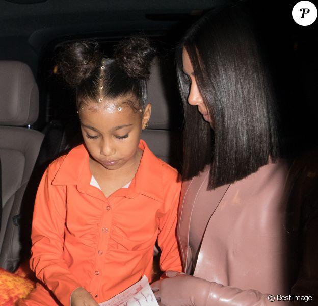 """Kim Kardashian et sa soeur Kourtney, avec leurs filles North West et Penelope Disick, quittent le restaurant """"Ferdi"""" à Paris, le 1er Mars 2020."""