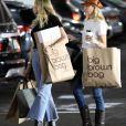 Miley Cyrus est allée faire du shopping avec sa mère Tish à Studio City, Los Angeles, le 13 octobre 2019 après avoir passé la matinée avec C. Simpson