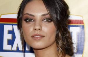 Les superbes Mila Kunis et Jessica Stroup... entourent le chanceux Jason Bateman ! Regardez !