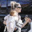 Kate Hudson fête ses 41 ans sur le thème du drive-in, pour respecter la distance sociale pendant l'épidémie de coronavirus (COVID-19). Elle porte sa fille Rani Rose. Pacific Palisades, le 19 avril 2020.