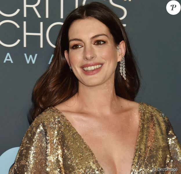 Anne Hathaway - lors de la 25ème édition de la soirée des Critics Choice Awards au Barker Hangar à Santa Monica, Los Angeles, Californie, Etats-Unis, le 12 janvier 2020.
