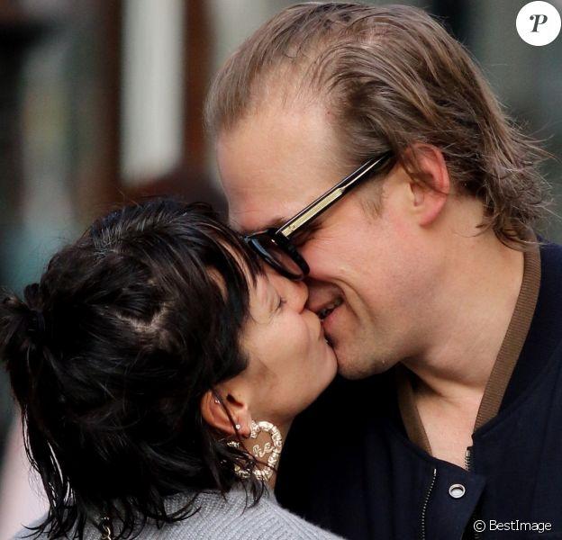 Lily Allen et David Harbour officialisent leur relation amoureuse en échangeant un baiser dans les rues de New York, le 13 octobre 2019.