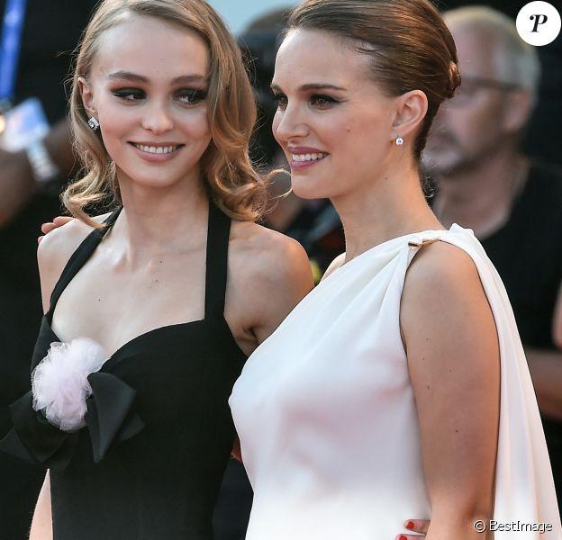 """Natalie Portman (habillée en Dior), enceinte, et Lily Rose Depp à la première de """"Planetarium"""" lors du 73ème Festival du Film de Venise, le 8 septembre 2016."""