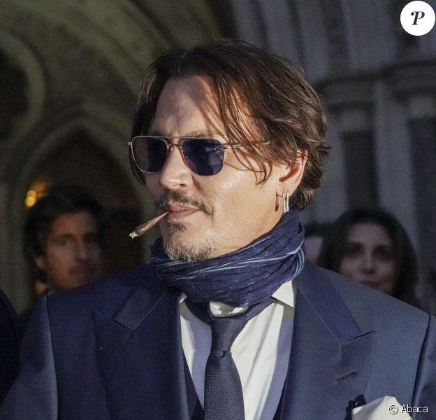 """Johnny Depp à la sortie de la Royal Court of Justice, à Londres, le 26 février 2020, dans le cadre de son bras de fer judiciaire contre le tabloïd """"The Sun""""."""
