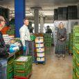 La reine Maxima des Pays-Bas visite le centre de distribution de la banque d'aide alimentaire de Delft le 19 mai 2020.