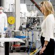 La reine Maxima des Pays-Bas visite l'usine de filtres AFPRO pour la production de masques buccaux médicaux à Alkmaar, le 12 mai 2020.