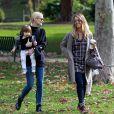 Jessica Alba a passé la journée avec ses filles Honor et Heaven dans un parc, en compagnie de son amie Jaime King, son mari Kyle Newman et leur fils James. Le 8 décembre 2014