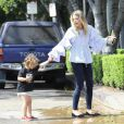 Jaime King se promène avec son fils James Knight à Los Angeles, le 18 juillet 2017.