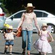 Exclusif - Kristen Bell se promène au parc Griffith Park avec ses enfants Lincoln et Delta Bell à Los Feliz le 22 avril 2017.