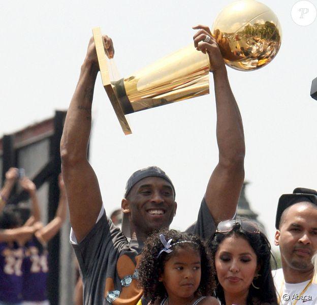 Kobe Bryant, son épouse Vanessa Bryant et leur fille Gianni paradent pour fêter le titre de champion NBA des Los Angeles Lakers. Los Angeles, le 17 juin 2009.
