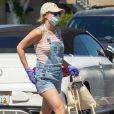 """Exclusif - L'actrice Lili Reinhart (""""Riverdale""""), portant un masque de protection et une casquette avec l'inscription """"Fuck Cancer"""", fait quelques courses en marge du confinement à Los Angeles, le 4 mai 2020."""