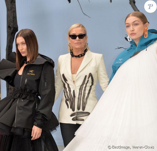 """Yolanda Hadid et ses filles Gigi et Bella Hadid en backstage du défilé de mode prêt-à-porter """"Off-White"""" automne-hiver 2020/2021 lors de la semaine de la mode à Paris, France, le 27 février 2020. © Veeren-Clovis/bestimage"""