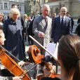Le prince Charles et Camilla Parker Bowles, duchesse de Cornouailles, visitent un marché à Novi Sad en Serbie, au quatrième jour de leur voyage officiel dans les Balkans. Le 17 mars 2016