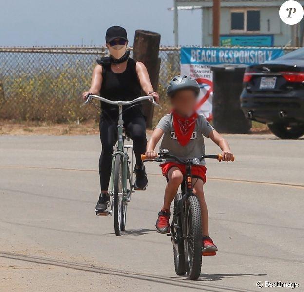 Exclusif - Reese Witherspoon et son mari Jim Toth, munis de masques de protection contre le coronavirus (Covid-19), se promènent à vélo avec leur fils de 7 ans, Tennessee, en bord de mer. Malibu, le 31 mai 2020.