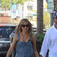 Denise Richards et son mari Aaron Phypers se baladent main dans la main dans le quartier de Beverly Hills à Los Angeles, le 13 août 2019.