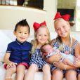 """Myka Stauffer et son époux James ont annoncé avoir """"trouvé une nouvelle famille"""", pour le petit Huxley, adopté il y a presque trois ans, le 27 mai 2020. Sur Instagram, cette youtubeuse partageait le quotidien de ses enfants et de son fils adopté, atteint d'autisme."""