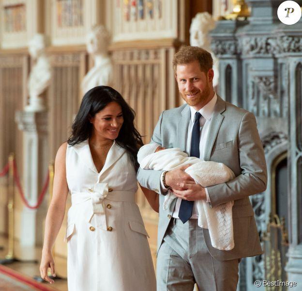 Le prince Harry et Meghan Markle, duc et duchesse de Sussex, présentent leur fils Archie dans le hall St George au château de Windsor le 8 mai 2019.