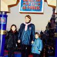 """Archives - Daniela Lumbroso et ses filles à la première de """"Chérie, j'ai rétréci le public"""" à Disneyland. Le 28 mars 1999."""