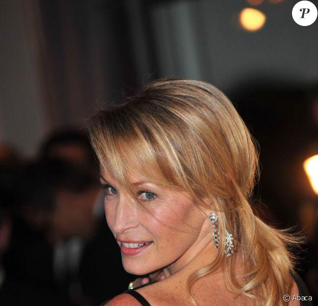 Estelle Lefébure se met à nu contre le cancer du sein !