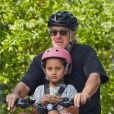 Exclusif - Robert De Niro se balade à vélo avec sa fille Helen Grace De Niro dans les rues de New York, le 24 juillet 2017.