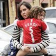 Rebecca, épouse de Rio Ferdinand, en mai 2010 avec leur fille, arrivant pour un match de Manchester United. Rebecca est décédée en 2015 à 34 ans des suites d'un cancer du sein.