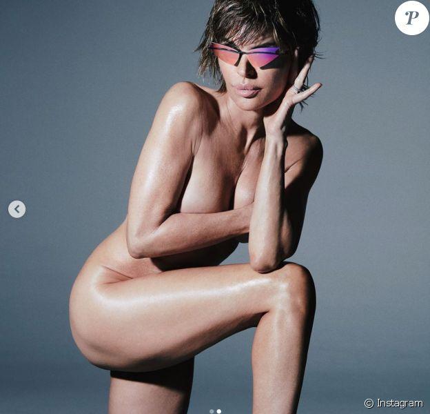 Lisa Rinna, entièrement nue, dévoile les lunettes de la collection de Christian Cowan pour Le Specs. Photo de Greg Swales. Juin 2020.
