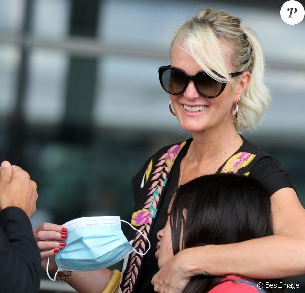 Laeticia Hallyday et ses filles Jade et Joy arrivent, avec des masques de protection contre l'épidémie de coronavirus (Covid-19), à l'aéroport de Paris-Charles-de-Gaulle à Roissy-en-France, France, le 18 juin 2020.
