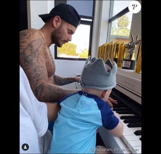 M. Pokora au piano avec son fils Isaiah. Le chanteur français est confiné à Los Angeles avec sa famille. Le 6 mai 2020.