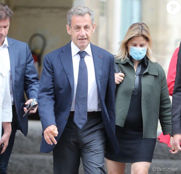 Nicolas Sarkozy a voté vers 9h00 sans son épouse pour le second tour des éléctions municipales à l'école élémentaire Lafontaine dans le 16ème arrondissement de Paris le 28 juin 2020.