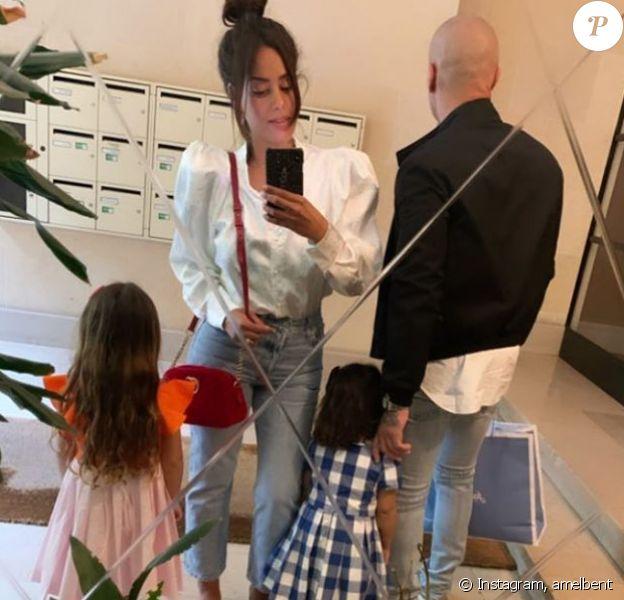 Amel Bent avec ses filles et un homme (sans doute son mari), Instagram, le 24 mai 2020.