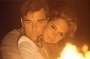 Robbie Williams a rencontré une séduisante amie en plein désert... Regardez le clip de